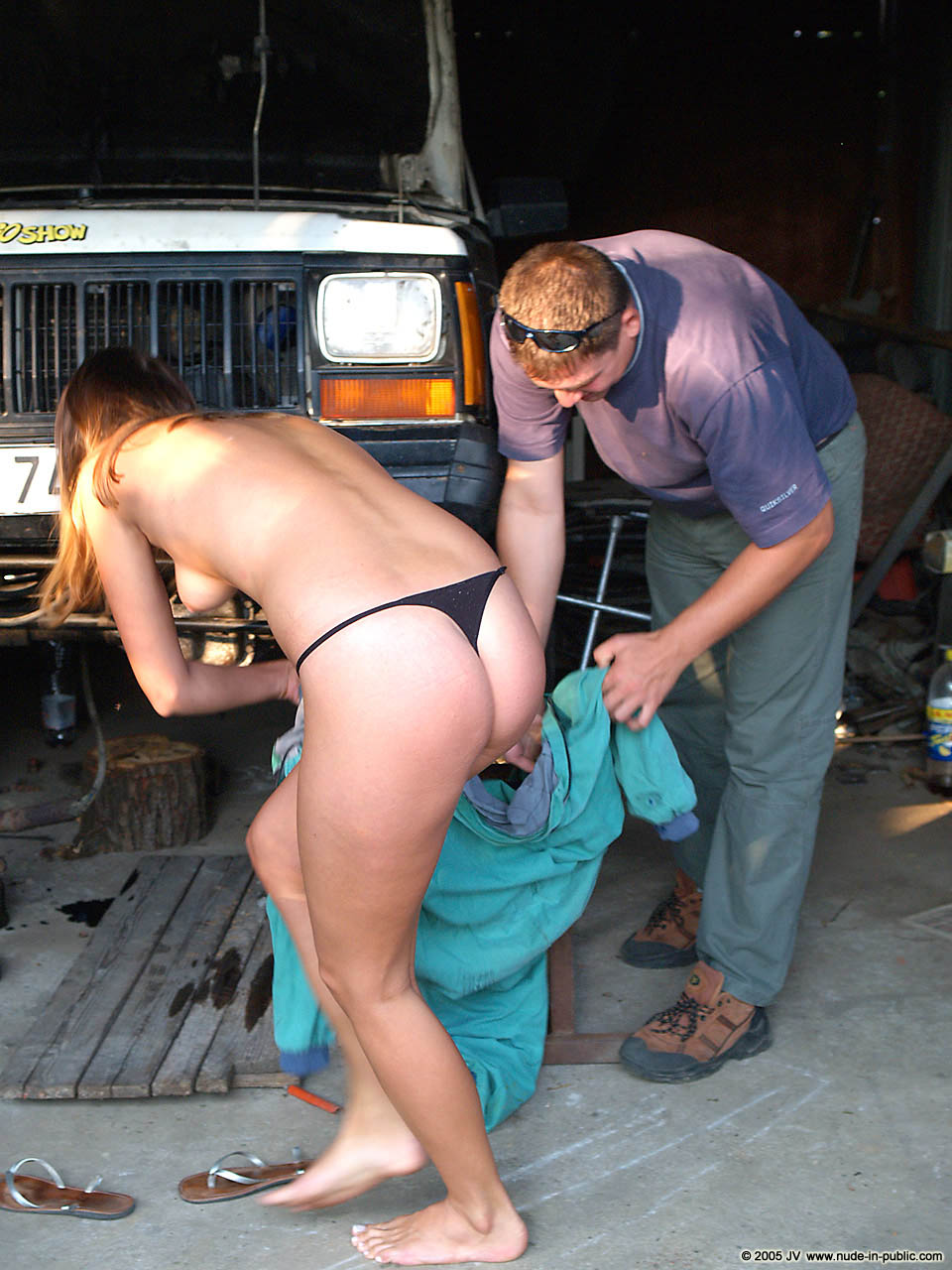 veronika-e-junkyard-cars-mechanic-nude-in-public-06