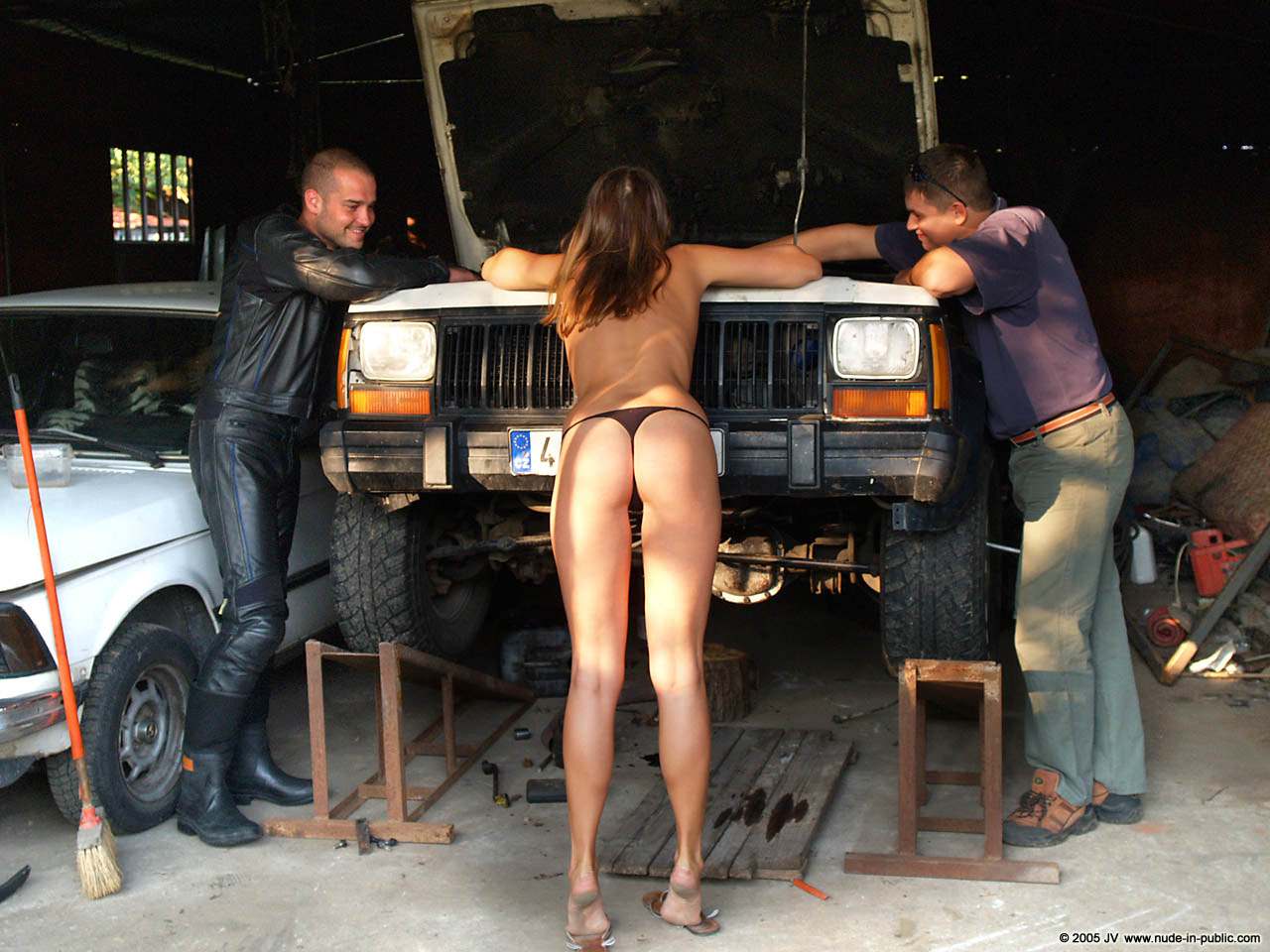 veronika-e-junkyard-cars-mechanic-nude-in-public-07