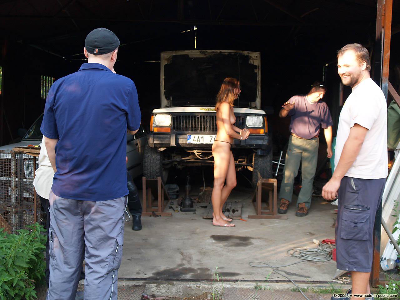 veronika-e-junkyard-cars-mechanic-nude-in-public-08