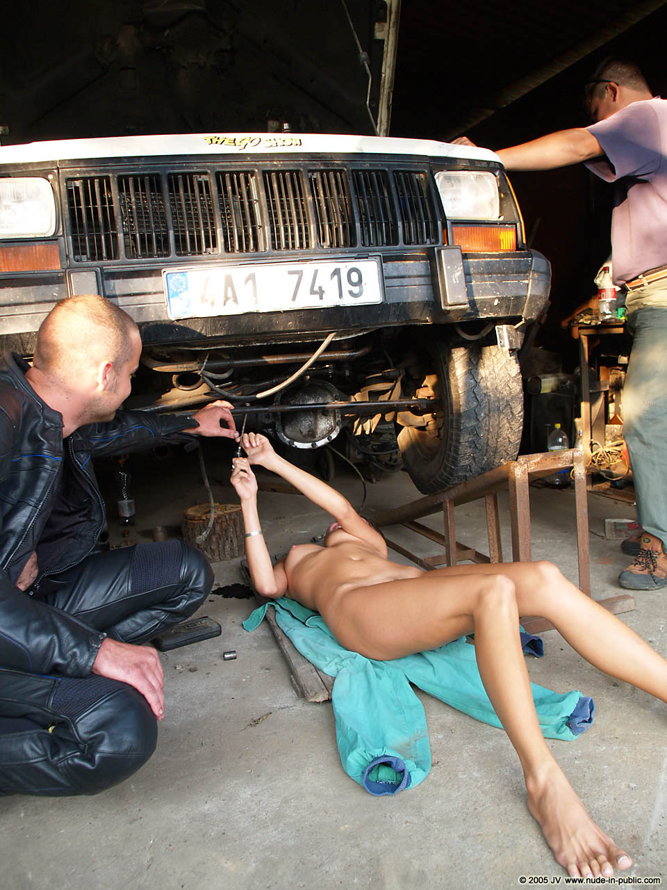 veronika-e-junkyard-cars-mechanic-nude-in-public-12