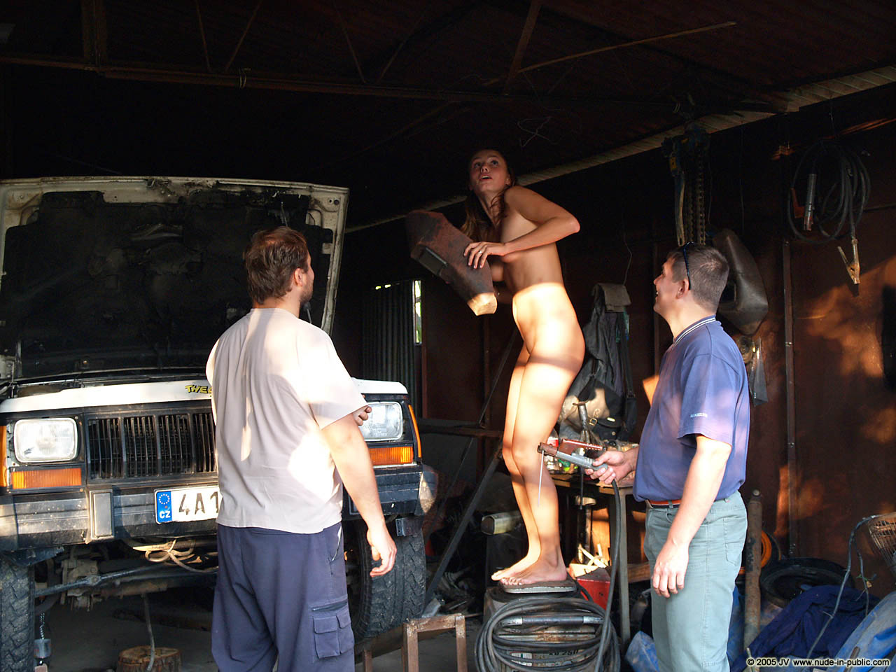 veronika-e-junkyard-cars-mechanic-nude-in-public-18