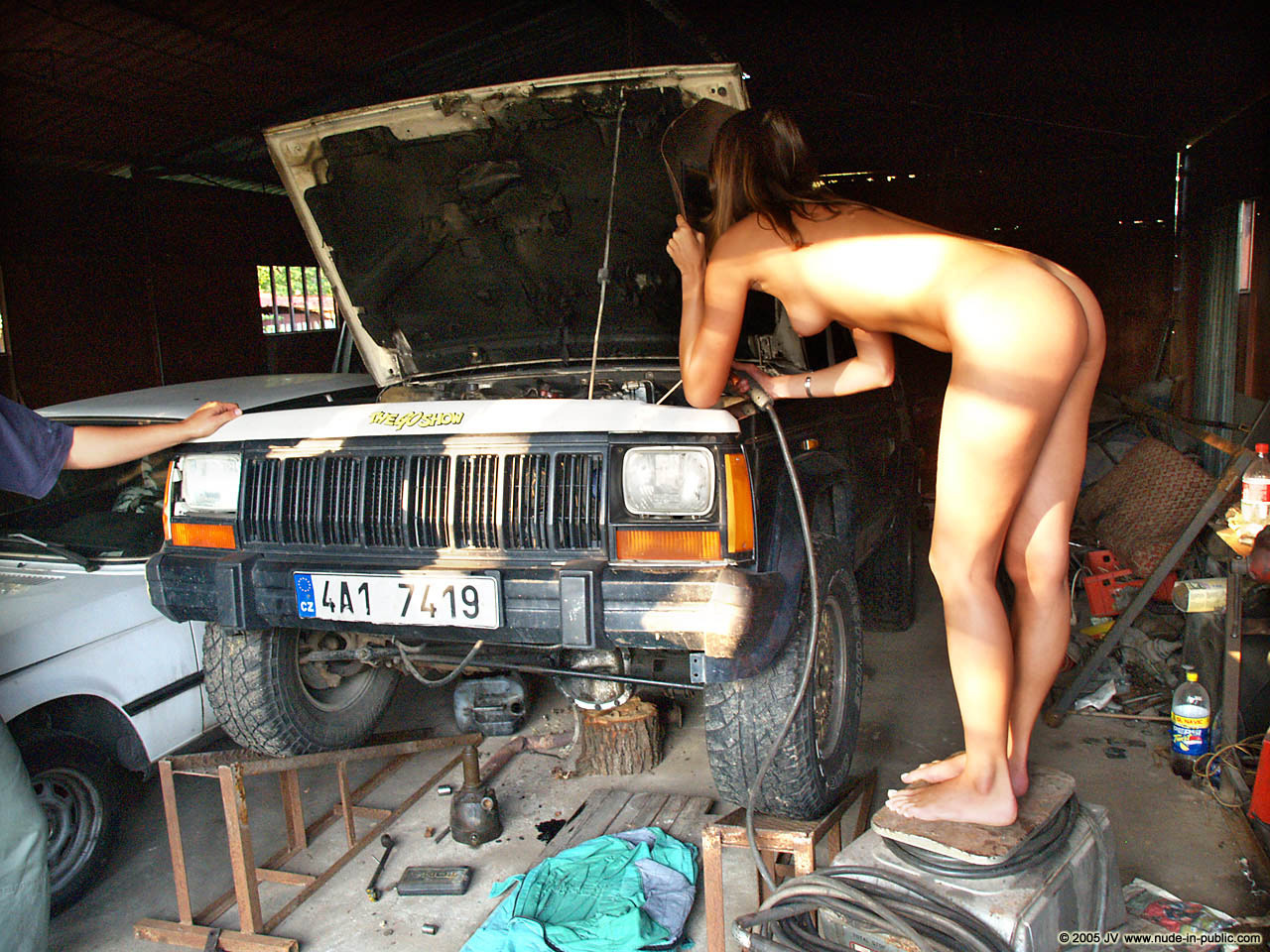 veronika-e-junkyard-cars-mechanic-nude-in-public-20