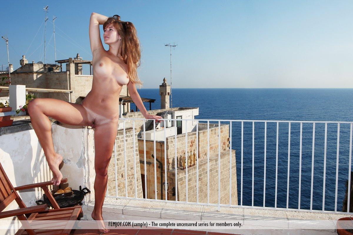 загораем голышом на балконе - 10
