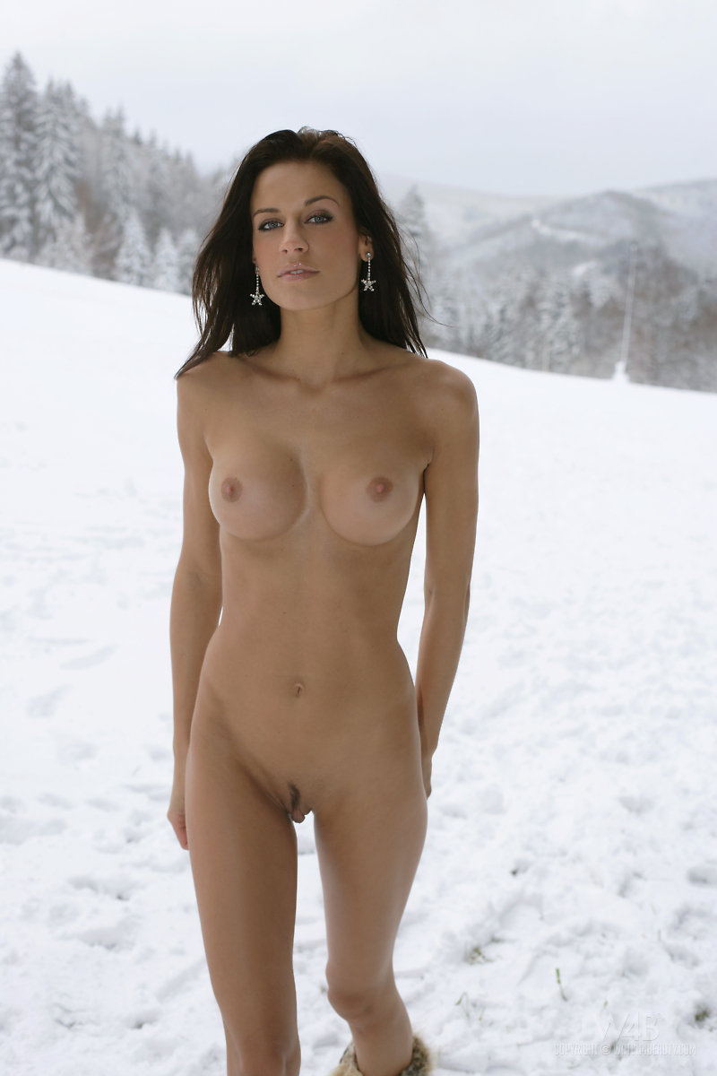women nude in the snow