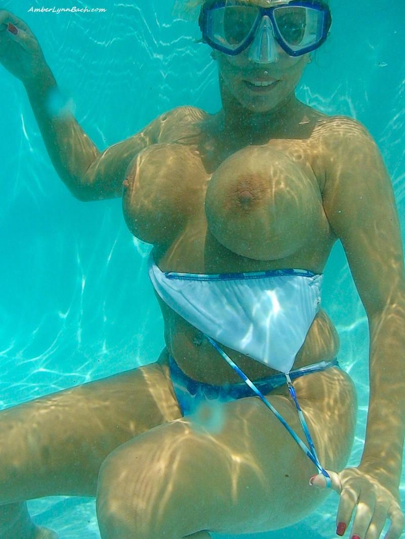 Женская грудь в купальнике под водой фото