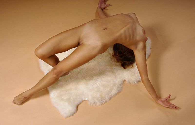 extremely-flexible-nude-girl