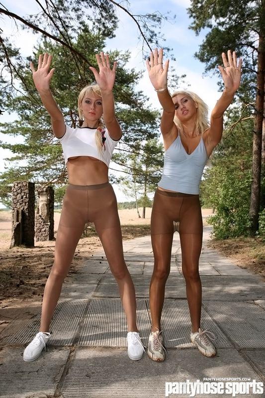 Jogging in pantyhose - RedBust