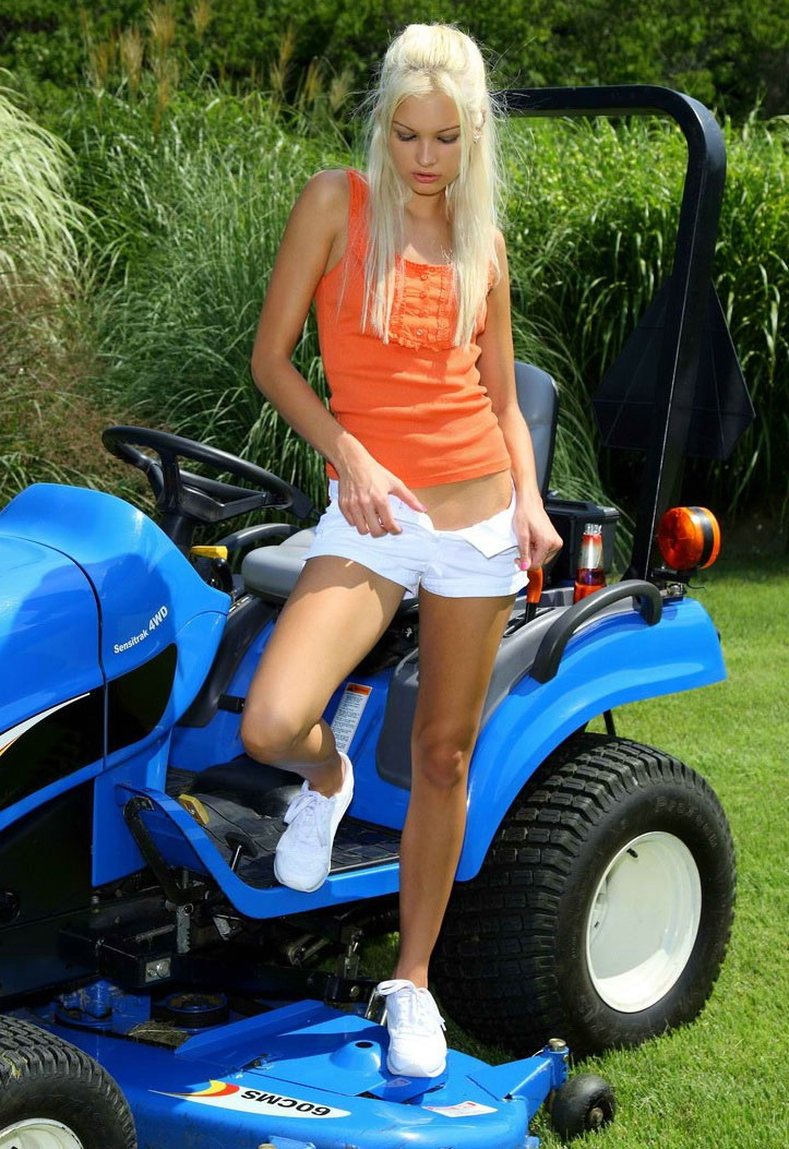 Blond And Lawn Mower - Redbust-1477
