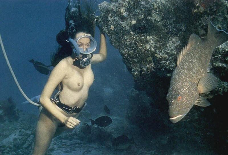 girls-scuba-diving-naked