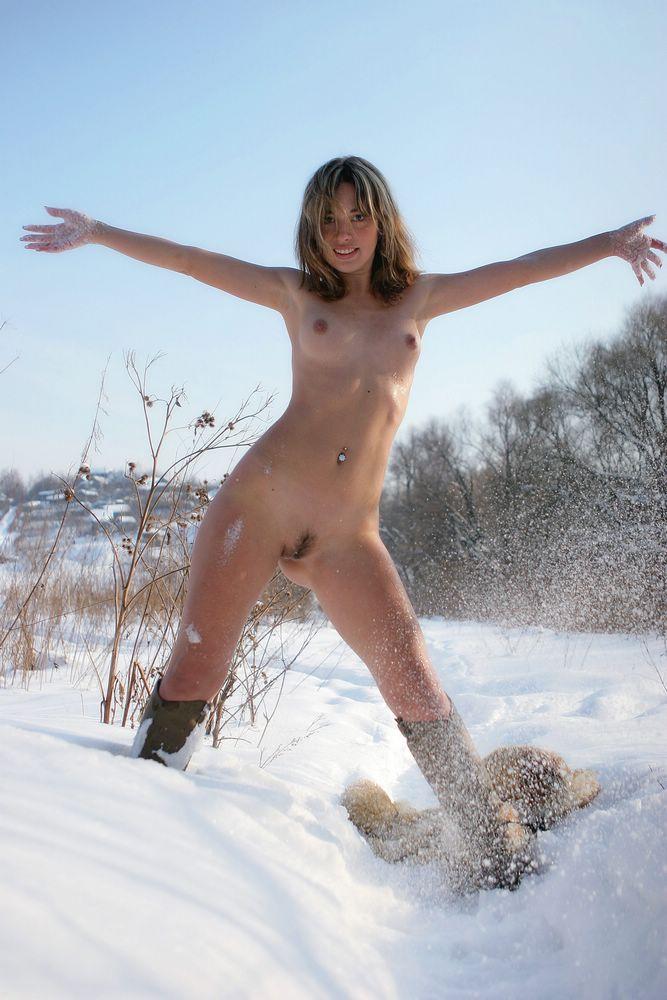 Эротика в зимней деревне голые девки на лыжах, порно в качестве страпон